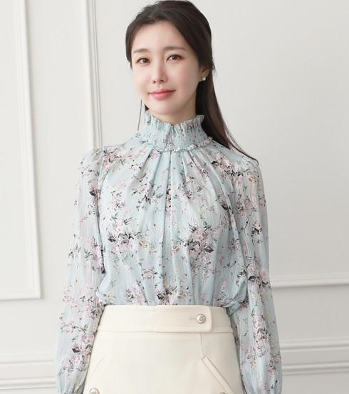 Áo kiểu nữ dễ thương với cổ cao và họa tiết hoa tinh tế